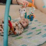 Rodičovský příspěvek je sociální dávka, na kterou je nárok při péči o nejmladší dítě v rodině, až do jeho maximálně 4 roků. V roce 2021, je rodičovský příspěvek 300 000 Kč na jedno dítě, nebo 450 000 Kč na dvojčata. Rodičovský příspěvek je vyplácen měsíčně v částce do 10 000 Kč, nebo případně i více.